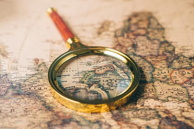 Lente d'ingrandimento su una mappa del mondo vintage