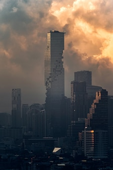 Mahanakhon moderno grattacielo con cielo drammatico nel centro cittadino di bangkok