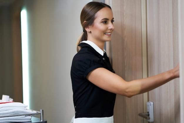 Cameriera che cammina nel corridoio dell'hotel