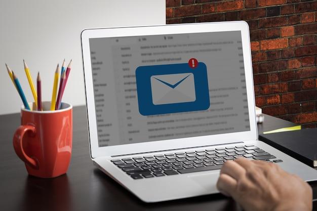 Messaggio di connessione di comunicazione di posta al telefono dei contatti di posta global letters concept