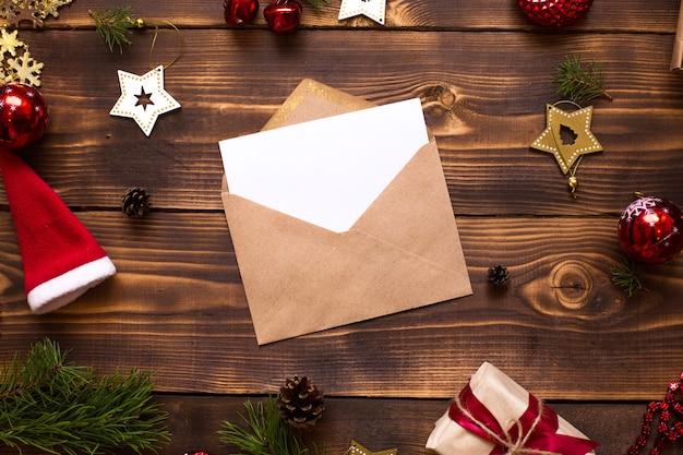 Busta per posta realizzata in carta artigianale con un foglio bianco per il testo