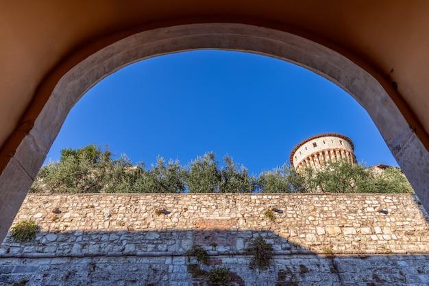 L'arco d'ingresso principale al castello della città di brescia