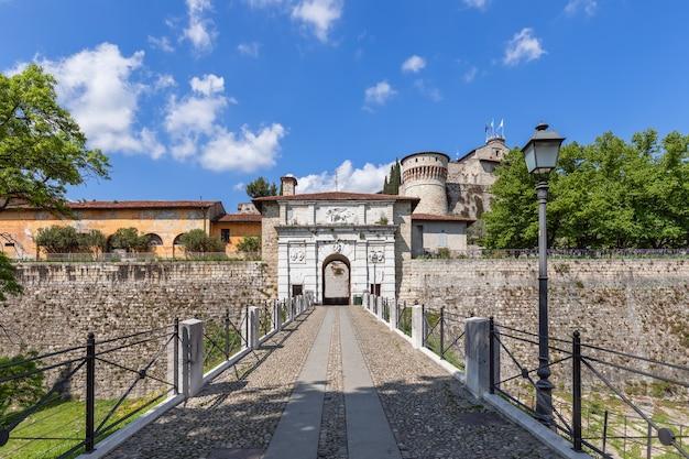 Ingresso principale allo storico castello e parco della città di brescia. lombardia, italia