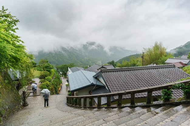 L'ingresso principale al tempio di seigantoji e uno splendido scenario nebbioso sullo sfondo del giappone