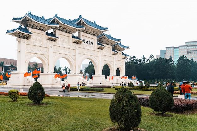 Il cancello principale della piazza della democrazia di chiang kai-shek memorial hall, meta di viaggio a taipei, taiwan.