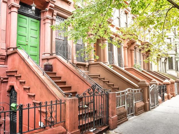 Scala principale e porta d'ingresso. edifici di new york harlem. case marroni. nyc, usa.