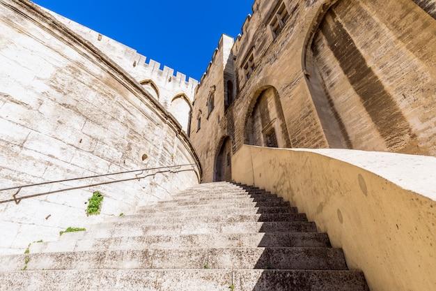 Scalinata principale del palazzo dei papi nella città di avignone