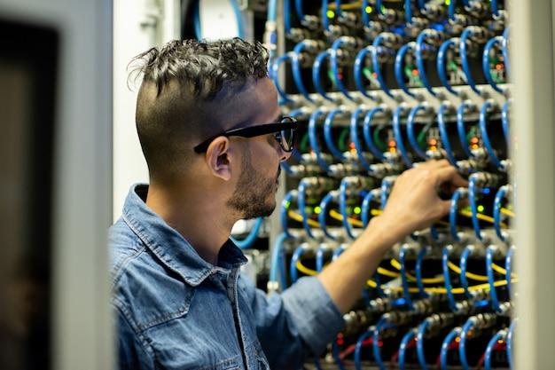 Ingegnere mainframe che analizza il sistema di archiviazione del database