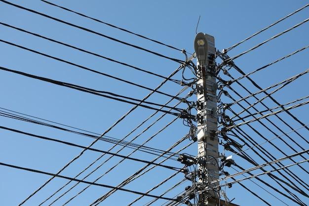 Il pilastro delle linee di trasmissione con molti fili è internet in fibra ottica.