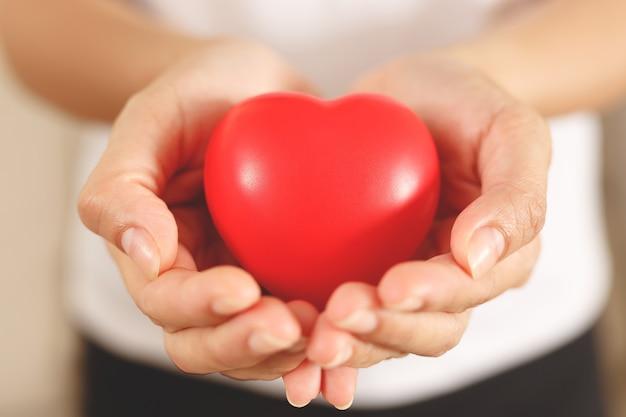 Mantenere un cuore sano evitare il fumo o le bevande alcoliche e riposarsi a sufficienza.