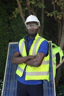 Ingegnere di manutenzione che installa sistemi di energia solare per fonte di energia rinnovabile