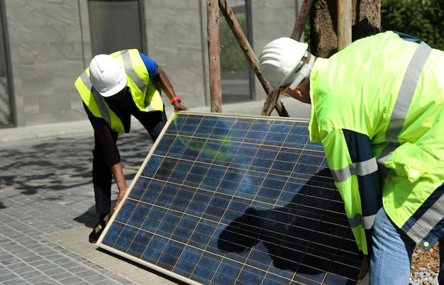 Ingegnere di manutenzione ingegnere di sistemi di energia solare esegue analisi pannelli solari