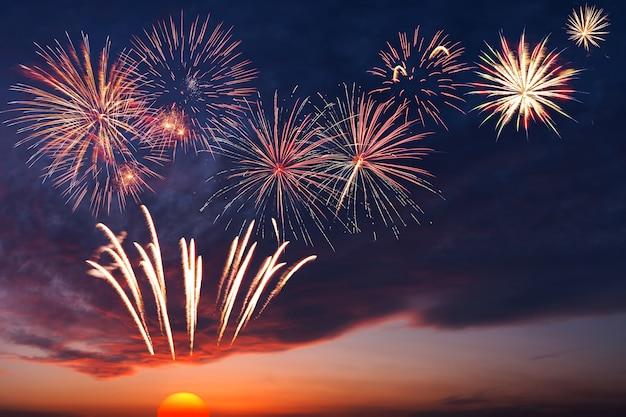 Maestosi fuochi d'artificio nel cielo serale