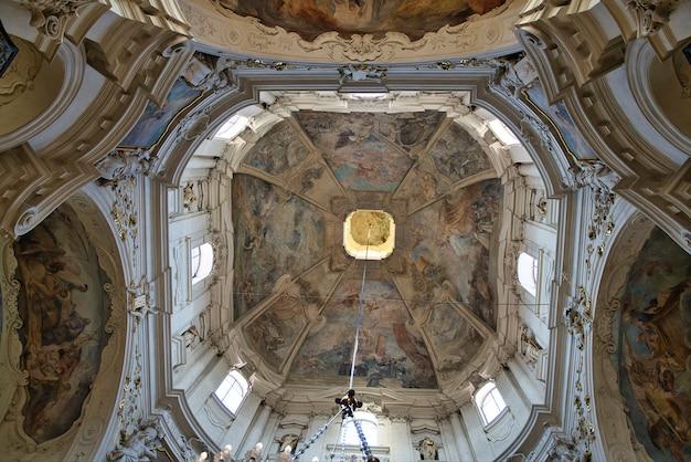 Maestosi affreschi del soffitto all'interno della chiesa cattolica