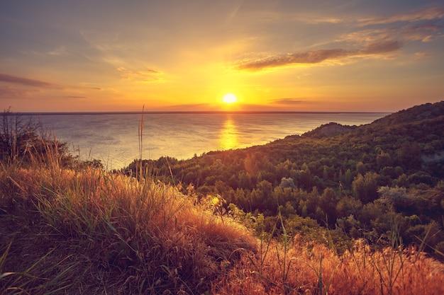 Maestoso paesaggio naturale con cielo al tramonto, fiume e foresta che esplora il mondo della bellezza ucraina europa