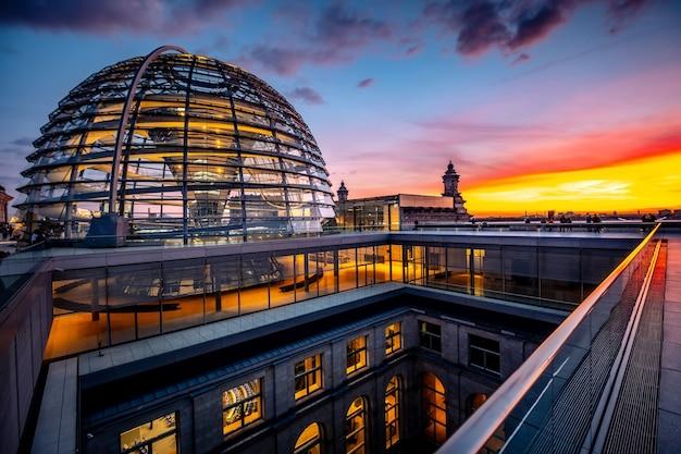 Maestosa cupola del reichstag sul cielo al tramonto