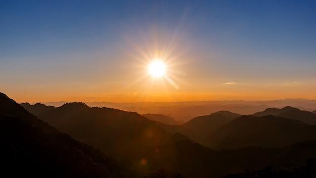 Maestoso cielo al tramonto sul paesaggio delle montagne blu