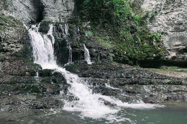 Maestosa cascata nella foresta. vista della cascata del fiume di montagna. canyon di martvili in georgia.