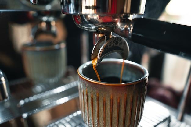 Prepara il caffè con la macchina di casa, il caffè in tazza con la macchina