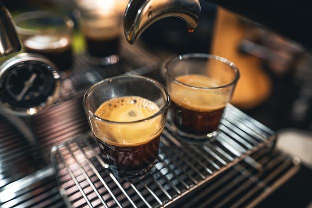 Prepara il caffè dalla macchina di casa, il caffè in tazza dalla macchina