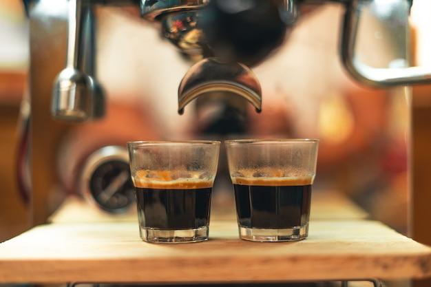 Prepara il caffè dalla macchina di casa