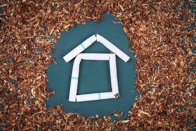 Fai da casa sigarette e tabacco sulla lavagna.