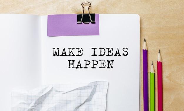 Fai succedere le idee testo scritto su un foglio con le matite sulla scrivania in ufficio Foto Premium