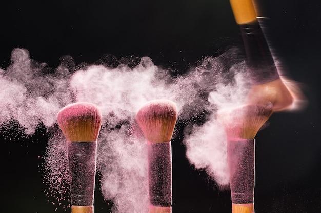 Make up beauty e cosmetica minerale concetto cosmetico pennello ed esplosione trucco colorato rosa chiaro