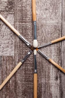 Pennelli trucco su fondo in legno in studio fotografico. cura del viso e cosmetici