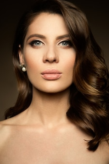 Trucco. ritratto glamour del modello bella donna con il trucco fresco e acconciatura romantica.