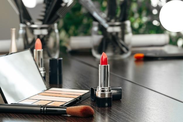Make up prodotti sul tavolo da trucco si chiuda