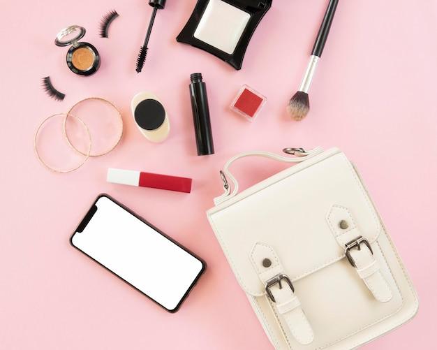 Trucco prodotti con cellulare e borsa