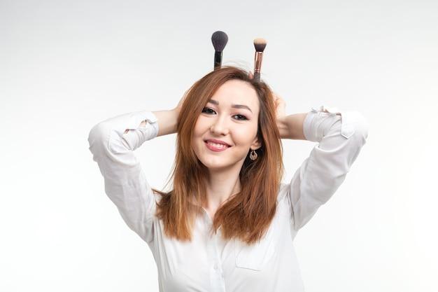 Make-up artist, bellezza e concetto di cosmetici. artista femminile coreano di trucco che scherza