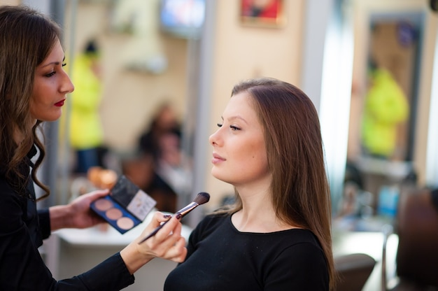 Il truccatore fa il makeover della bella donna