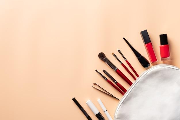 Borsa per il trucco con vari pennelli e cosmetici