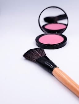 Pennelli per il trucco davanti a un set di colori, bellezza e cosmetici sfocati