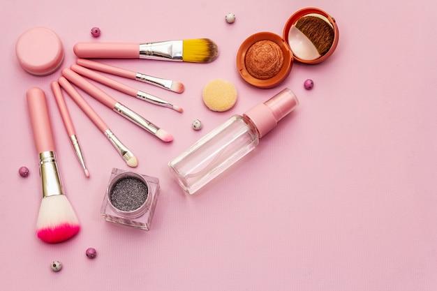 Trucco cosmetico impostato su sfondo rosa