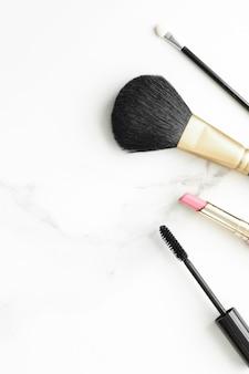 Prodotti per il trucco e la cosmesi su sfondo flatlay in marmo moderno stile di vita femminile blog di bellezza e...
