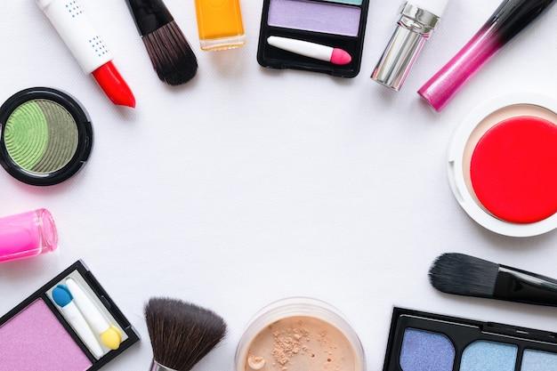 Cosmetici per il trucco su un mockup di sfondo bianco