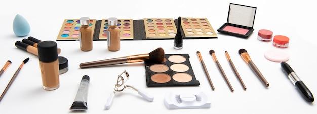 Kit per il trucco che include applicatori di palette di ombretti o pennelli per arrossire le ciglia