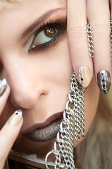 Trucco e manicure nella gamma di colori alla moda beige