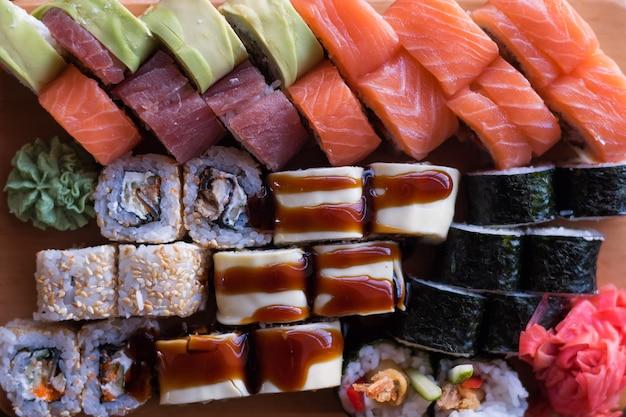 Maki e involtini con tonno salmone e avocado. cibo giapponese e asiatico. insieme dei sushi.