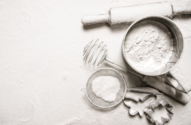 Fare lo sfondo ingredienti per la pasta - setacciare farina, mattarello, formine per biscotti