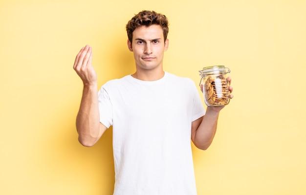Fare un gesto di capitale o denaro, dicendoti di pagare i tuoi debiti!. concetto di biscotti fatti in casa