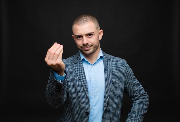 Facendo gesti o gesti di denaro, dicendoti di pagare i tuoi debiti!