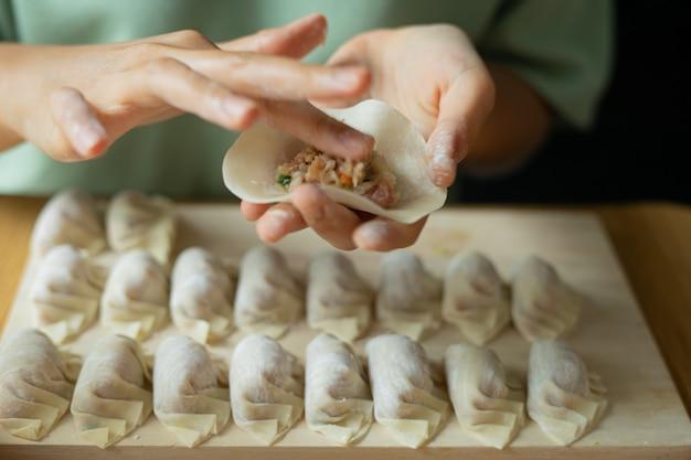 Preparare gnocchi in stile cinese fatti in casa