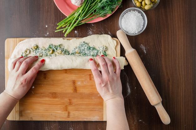 Fare la ciabatta con aglio, olive mediterranee