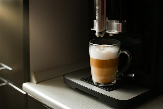 Fare il caffè in una macchina da caffè a casa.
