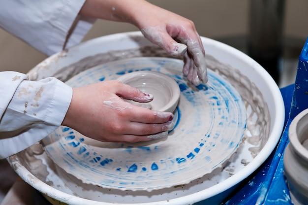 Fare i piatti sul tornio da vasaio