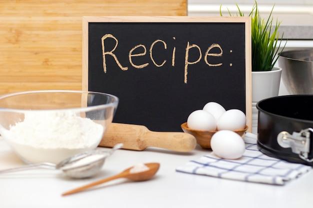 Fare impasti per pane o prodotti da forno fatti in casa. ingredienti sul tavolo. scheda delle ricette